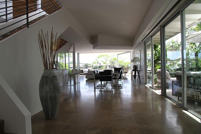 Ako dosiahnuť praktický a moderný interiér pomocou skla