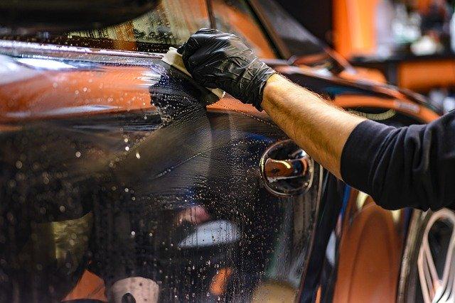 Muž čistí svoje auto.jpg