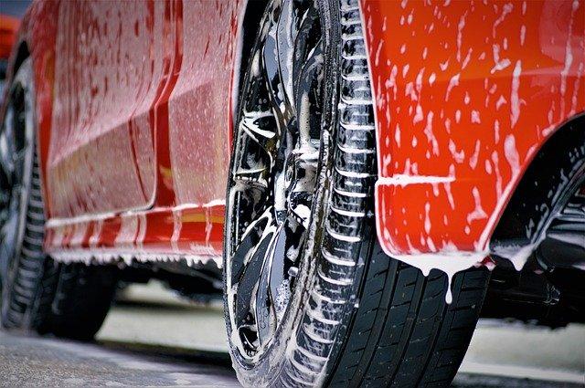 Červené auto v procese čistenia.jpg