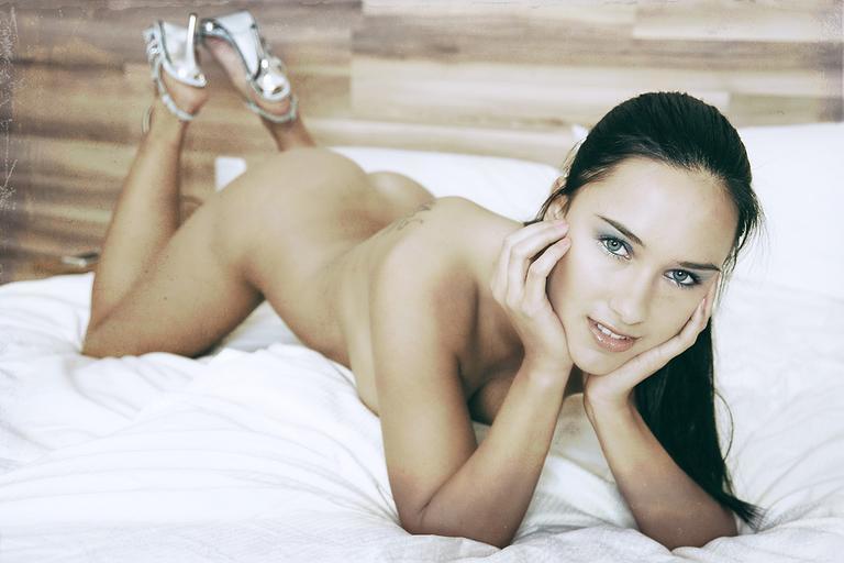 Mladá zvodná žena na posteli