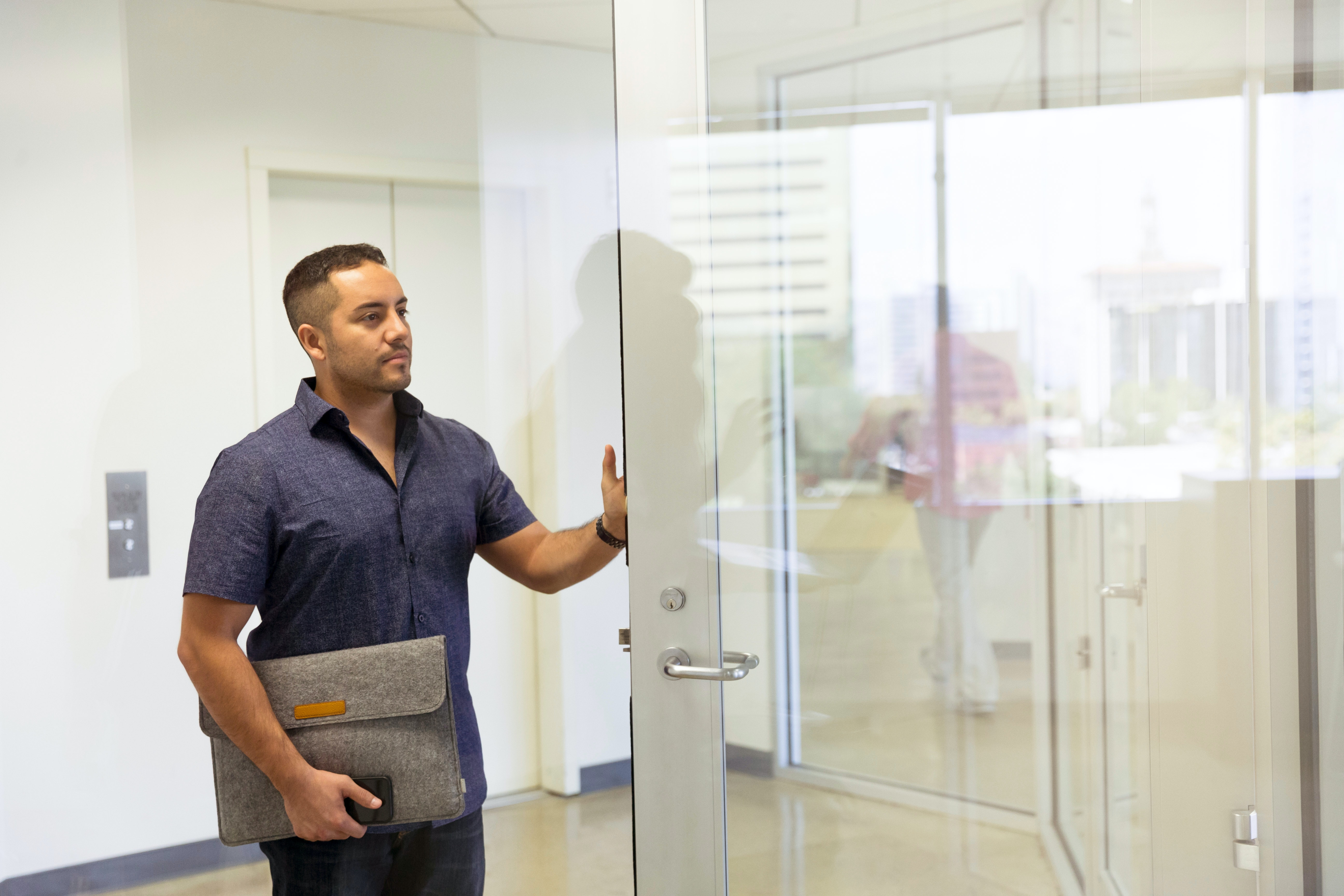 sklenené dvere, muž